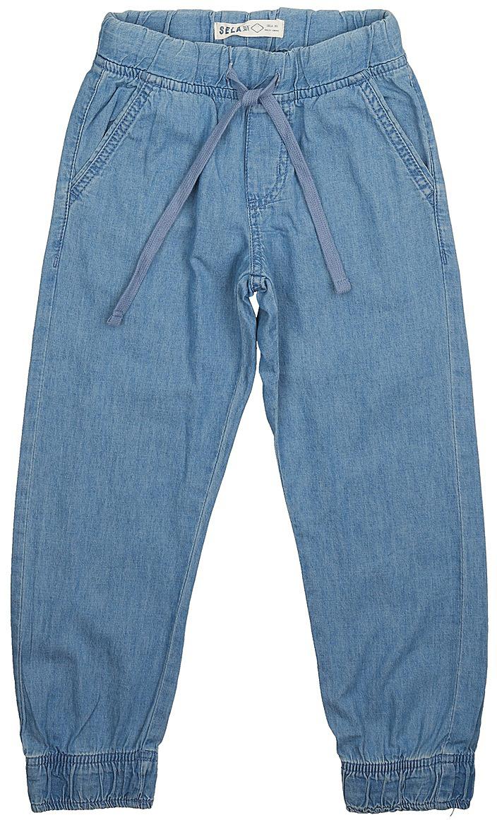 Джинсы для мальчика Sela Denim, цвет: голубой джинс. PJ-835/309-7213. Размер 122, 7 летPJ-835/309-7213Стильные джинсы для мальчика Sela выполнены из натурального хлопка. Джинсы свободного кроя и стандартной посадки на талии имеют широкий пояс на мягкой резинке, дополнительно регулируемый тесьмой. Модель дополнена двумя втачными карманами спереди и двумя накладными карманами сзади. Низ брючин собран на резинку.