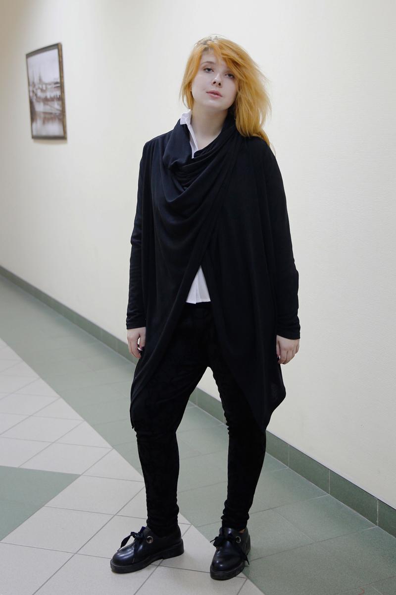 Кардиган женский Be in, цвет: черный. Кд 1хх-3. Размер 42/46Кд 1хх-3Кардиган Be in изготовлен из натуральной шерсти и акрила. Кардиган свободного кроя выполнен с длинными краями низа. Модель подразумевает разные вариации использования длинных концов кардигана.