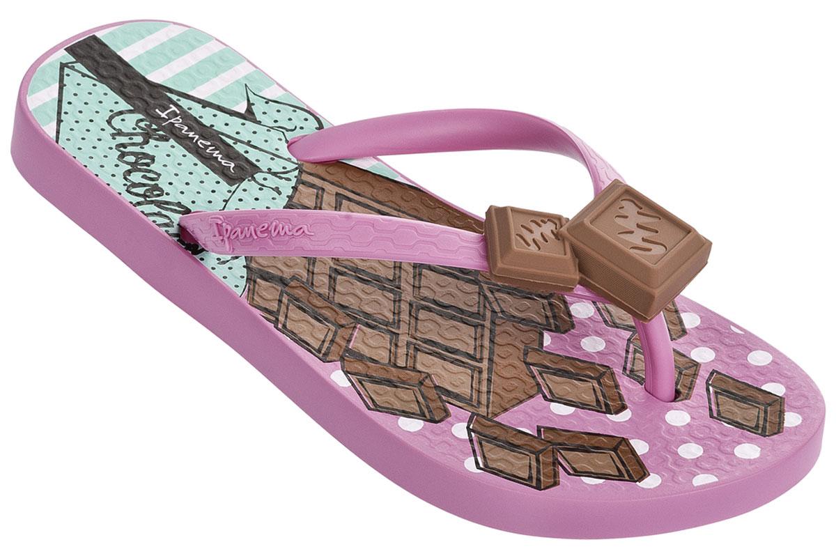 Сланцы для девочки Ipanema Sweets Kids, цвет: розовый, коричневый. 82028. Размер 31/32 (31)82028-24344Прелестные сланцы от Ipanema очаруют вашу девочку с первого взгляда. Модель полностью выполнена из поливинилхлорида и оформлена на ремешке названием бренда, и декоративным элементом в виде вишенки. Верхняя поверхность подошвы дополнена очаровательным рисунком. Ремешки с перемычкой гарантируют надежную фиксацию модели на ноге. Рифление на верхней поверхности подошвы предотвращает выскальзывание ноги. Рельефное основание подошвы обеспечивает уверенное сцепление с любой поверхностью. Удобные сланцы прекрасно подойдут для похода в бассейн или на пляж.