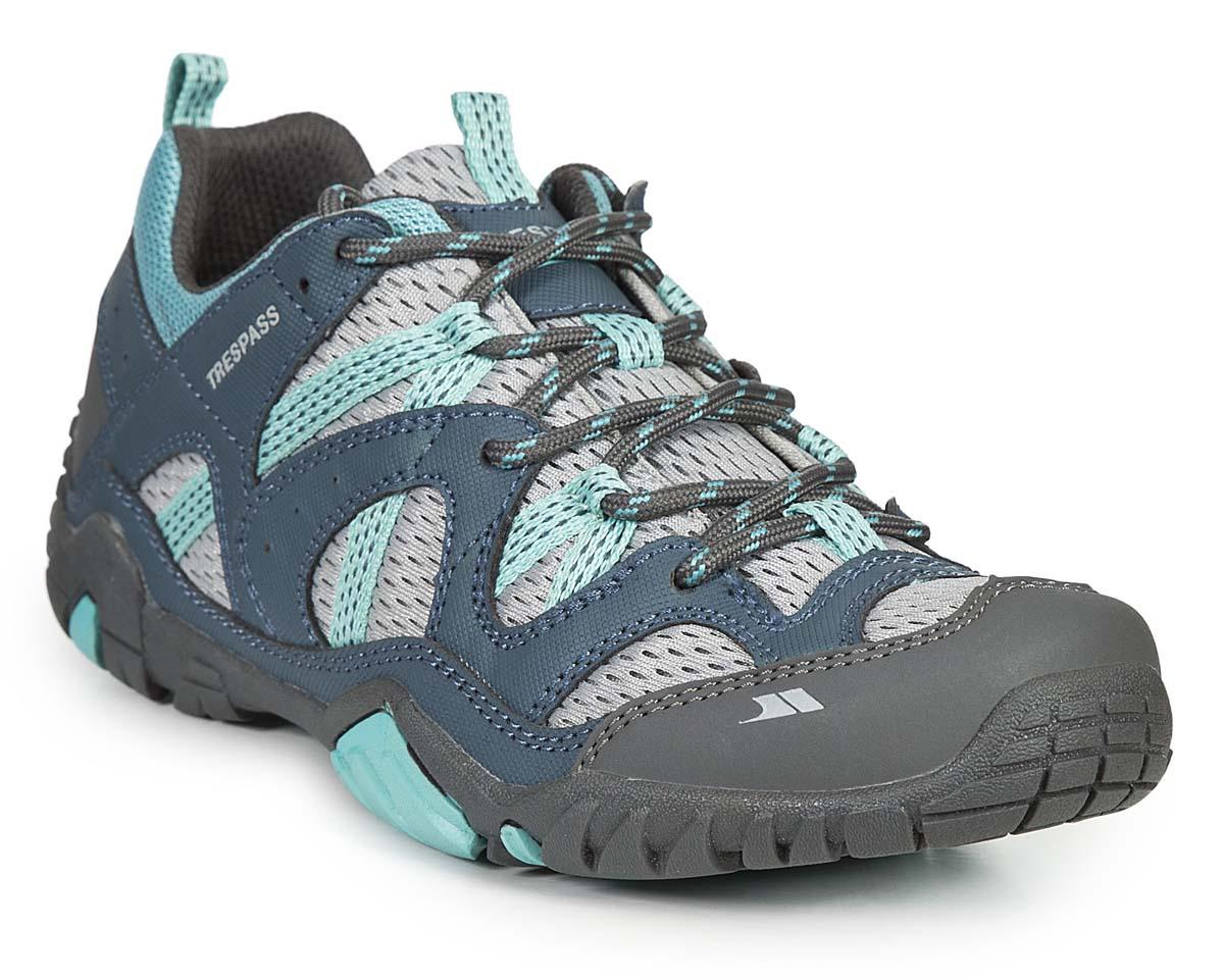 Кроссовки трекинговые женские Trespass Foile, цвет: серый, голубой. FAFOTNL10003. Размер 38FAFOTNL10003Трекинговые кроссовки, выполненные из текстиля, отлично подходят для занятия туризмом. Специальная шнуровка надежно зафиксирует модель на ноге. Подошва дополнена рифлением для лучшего сцепления с поверхностью.