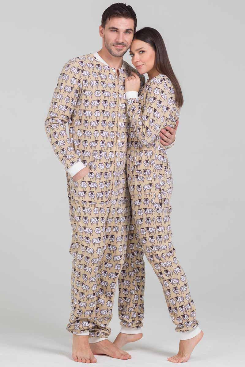 Пижама Футужама Овечки, цвет: бежевый, белый. 100907. Размер XS (44)100907Пижама-комбинезон от Футужама выполнена из мягкого флиса. Модель застегивается на пуговицы. Сзади имеется удобный карман, который так же, как вся пижама застегивается на пуговицы. Манжеты и низы брючин отделаны широкими манжетами.