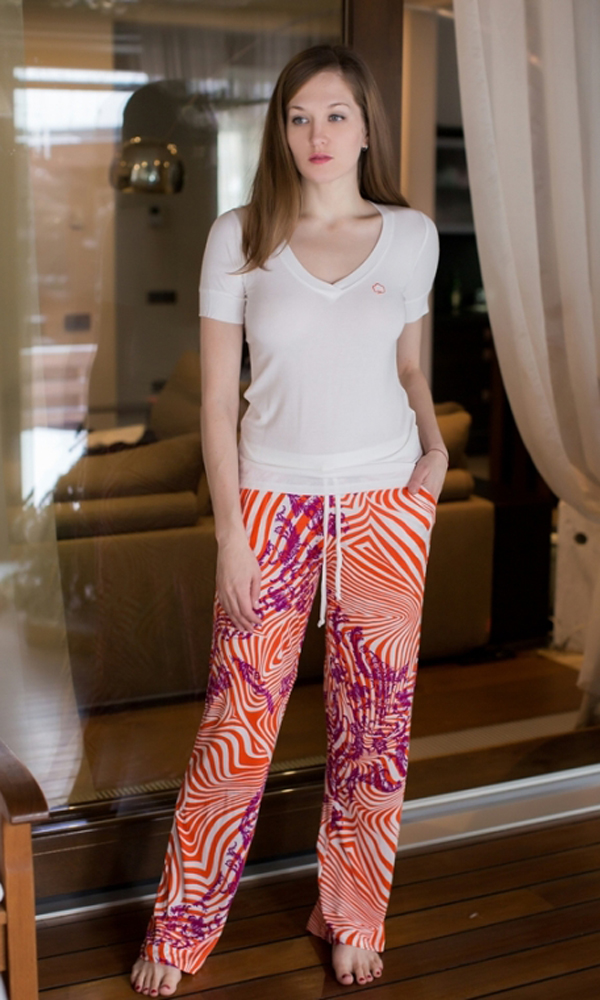 Комплект домашний женский Penye Mood: футболка, брюки, цвет: белый, оранжевый. 7503. Размер XL (50)7503Домашний комплект Penye Mood включает футболку, изготовленную из вискозы с добавлением эластана, и брюки из 100% вискозы. Футболка имеет короткие рукава и V-образный вырез горловины. Брюки свободного кроя снабжены боковыми карманами, а также резинкой на талии и затягивающимся шнурком для комфортной посадки. Такой комплект не стесняет движений, комфортен в носке и отлично подойдет для дома. Футболка выполнена в белом цвете, а брюки дополнены ярким принтом.
