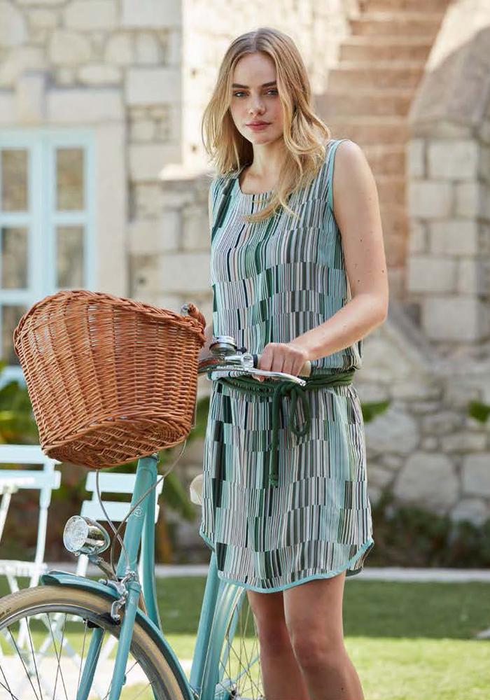 Платье домашнее Penye Mood, цвет: зеленый, голубой. 8103. Размер M (46)8103Домашнее платье Penye Mood изготовлено из 100% вискозы. Модель без рукавов имеет длину мини, прямой силуэт и круглый вырез горловины. Эластичный пояс дополнен завязками. Свободный крой не стесняет движений и обеспечивает комфорт. Платье дополнено принтом в виде пикселей. Подойдет для дома и отдыха на пляже.
