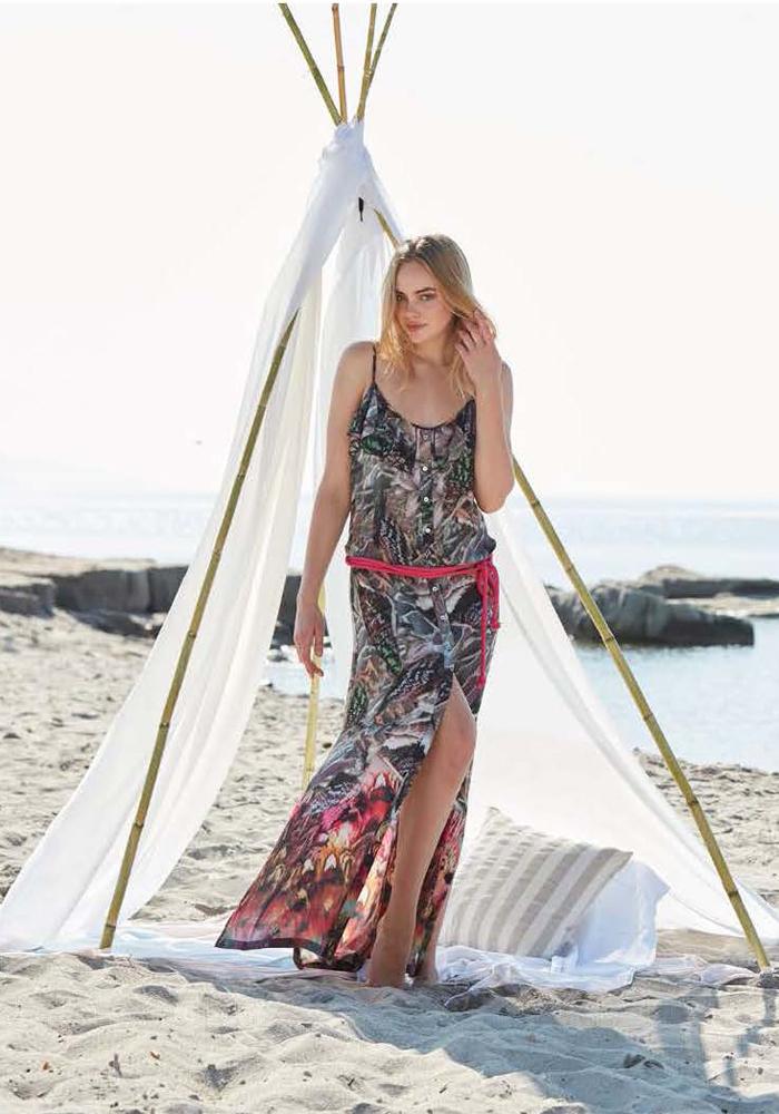 Платье домашнее Penye Mood, цвет: черный, красный. 8132. Размер S (44)8132Домашнее платье Penye Mood изготовлено из 100% вискозы. Модель длины макси имеет глубокий круглый вырез и бретельки, застегивается на пуговицы, пояс дополнен завязками для идеальной посадки по фигуре. Платье украшено ярким принтом с тропическими цветами. Подойдет для дома и отдыха на пляже.