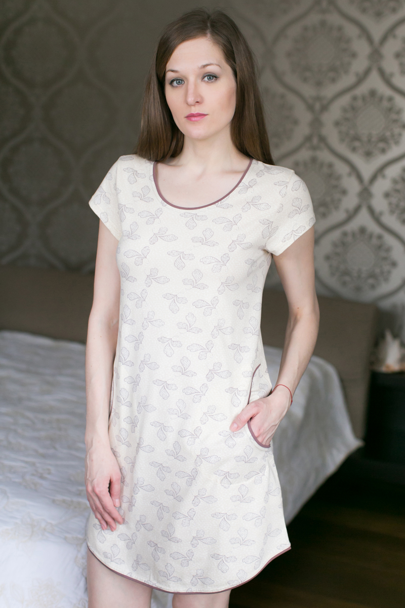 Платье домашнее Marusя, цвет: какао. 160038. Размер XL (50)160038Домашнее платье Marusя изготовлено из качественной смесовой ткани. Модель длины мини оформлена оригинальным рисунком. Платье с круглым вырезом горловины и короткими рукавами дополнено двумя карманами.