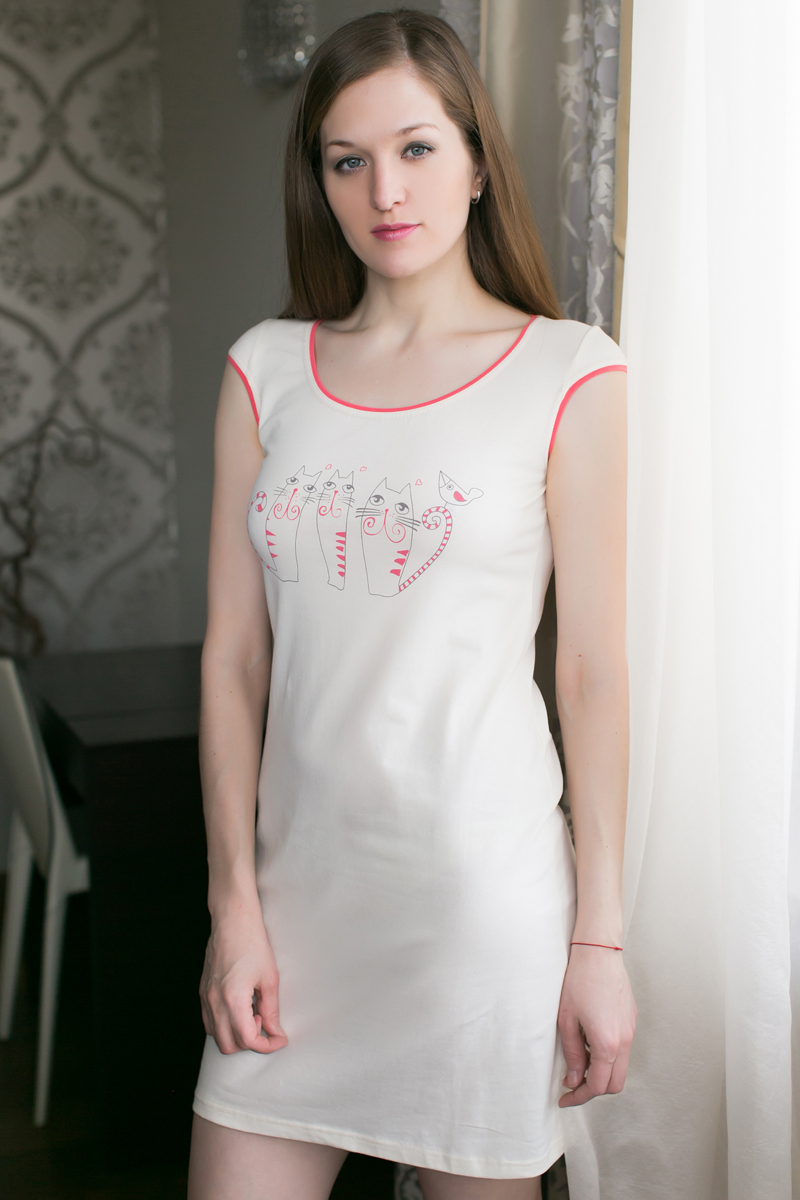 Платье домашнее Marusя, цвет: белый, коралловый. 160052. Размер L (48)160052Домашнее платье Marusя изготовлено из качественной смесовой ткани. Модель с короткими рукавами длины мини оформлена оригинальным рисунком.