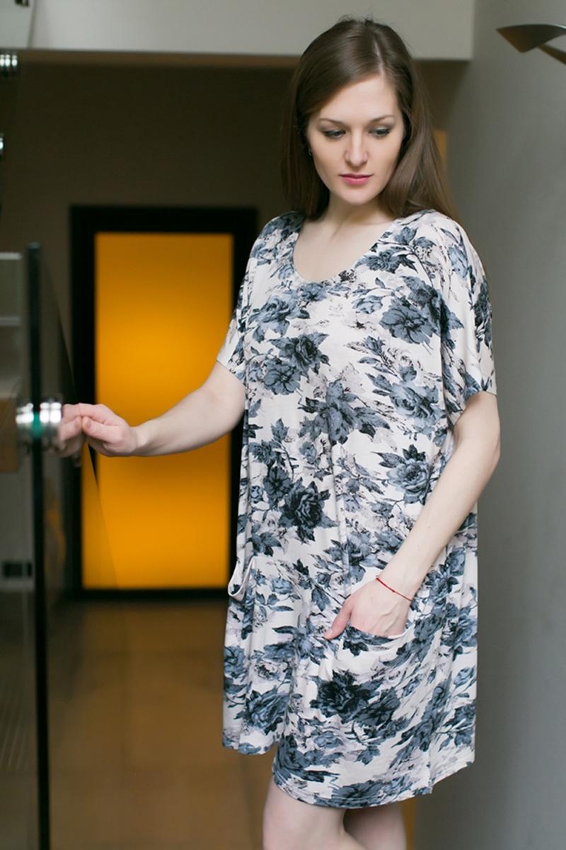 Платье домашнее Marusя, цвет: бежевый, серый. 160053. Размер (52/54)160053Домашнее платье Marusя изготовлено из качественной смесовой ткани. Модель длины мини оформлена оригинальным принтом. Платье с круглым вырезом горловины и короткими рукавами дополнена двумя карманами.