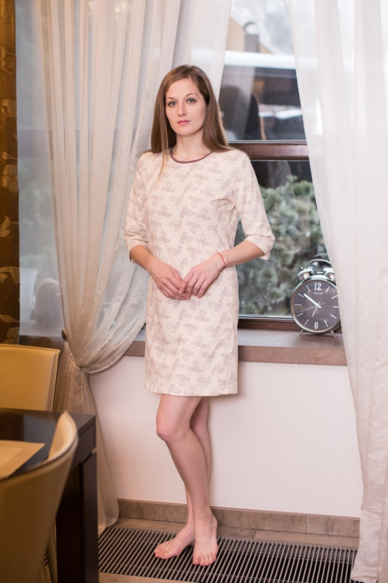 Платье домашнее Marusя, цвет: какао. 160072. Размер M (46)160072Домашнее платье Marusя Лепестки выполнено из эластичного хлопка. Модель средней длины с рукавами до локтя имеет круглый вырез горловины. Изделие оформлено мелким цветочным узором.