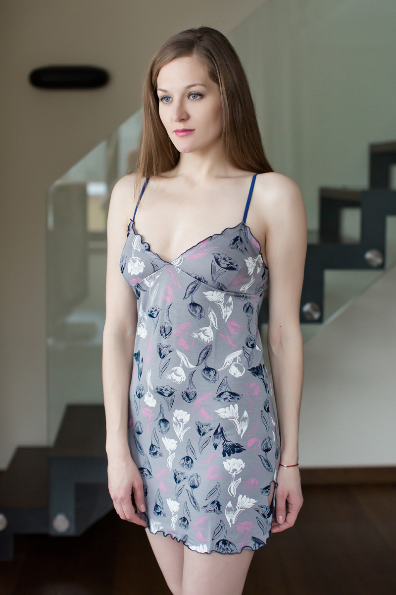 Ночная рубашка Marusя, цвет: серый, черный. 162023. Размер L (48)162023Ночная рубашка Marusя изготовлена из качественной смесовой ткани. Модель длины мини на тонких бретельках оформлена рисунком в спокойных тонах.