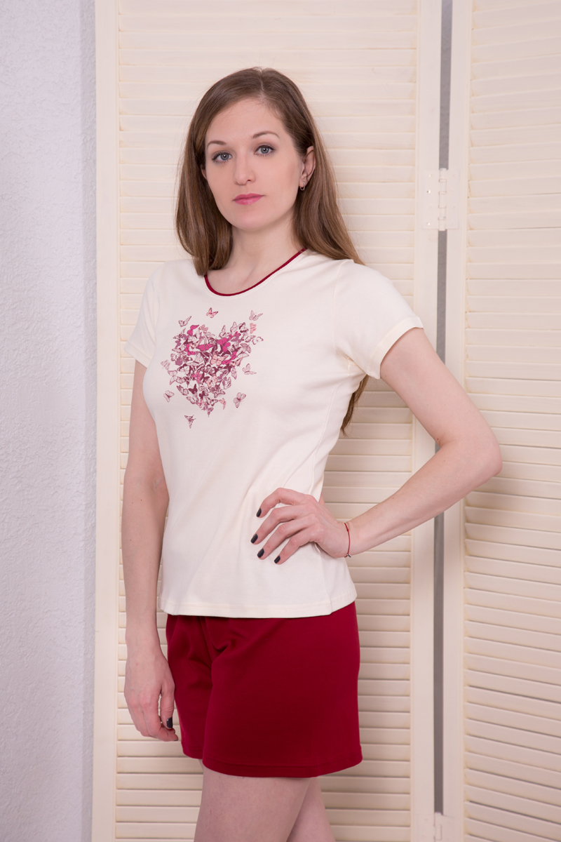 Комплект домашний женский Marusя: футболка, шорты, цвет: бордовый, белый. 164044. Размер XL (50)164044Женский домашний комплект Marusя включает в себя футболку и шорты. Комплект изготовлен из приятного на ощупь высококачественного хлопка. Футболка с короткими рукавами оформлена оригинальным принтом. Короткие шорты со стандартной посадкой.