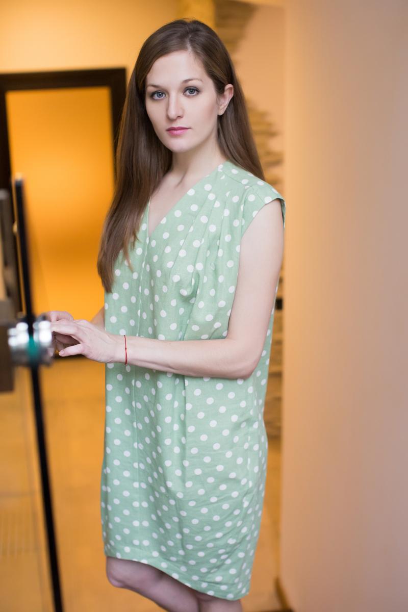 Платье домашнее Marusя, цвет: зеленый. 171131. Размер (52)171131Домашнее платье Marusя изготовлено из качественного льна. Изделие прямого кроя без рукавов. Модель длины мини оформлена принтом в горох.