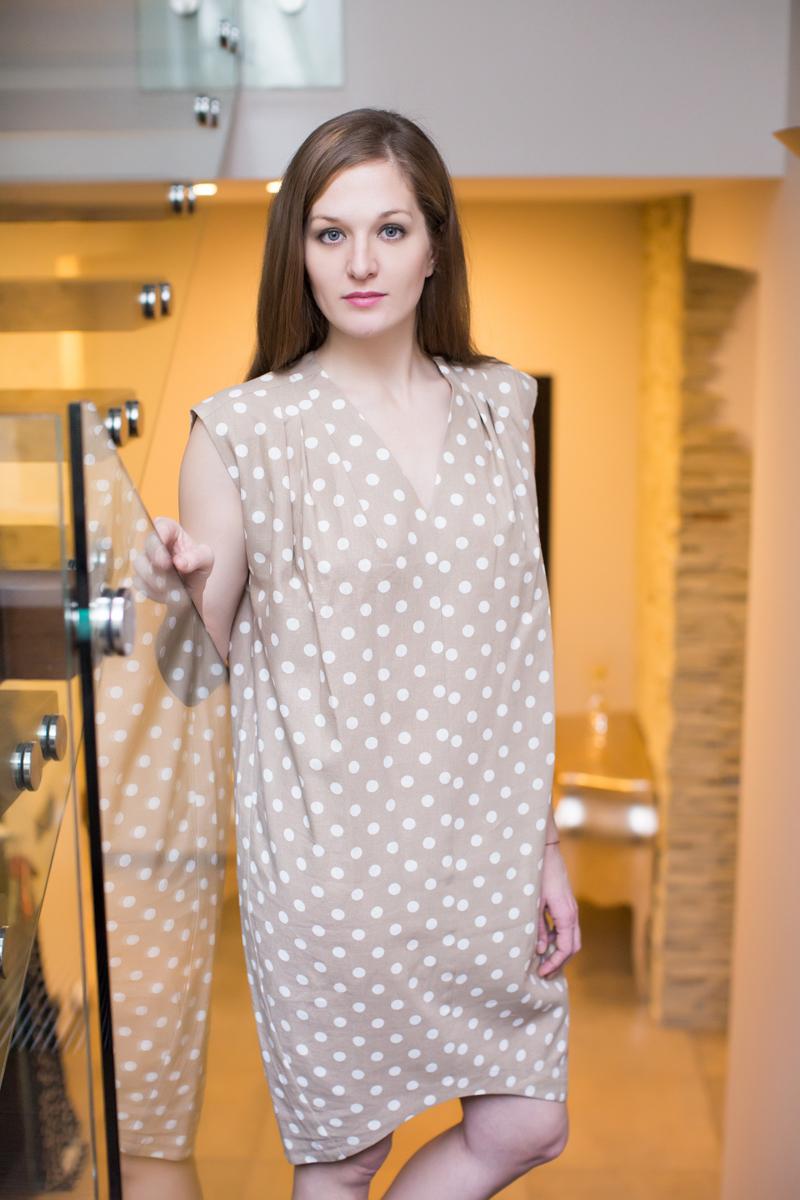 Платье домашнее Marusя, цвет: бежевый. 171132. Размер (52)171132Домашнее платье Marusя изготовлено из качественного льна. Изделие прямого кроя без рукавов. Модель длины мини оформлена принтом в горох.