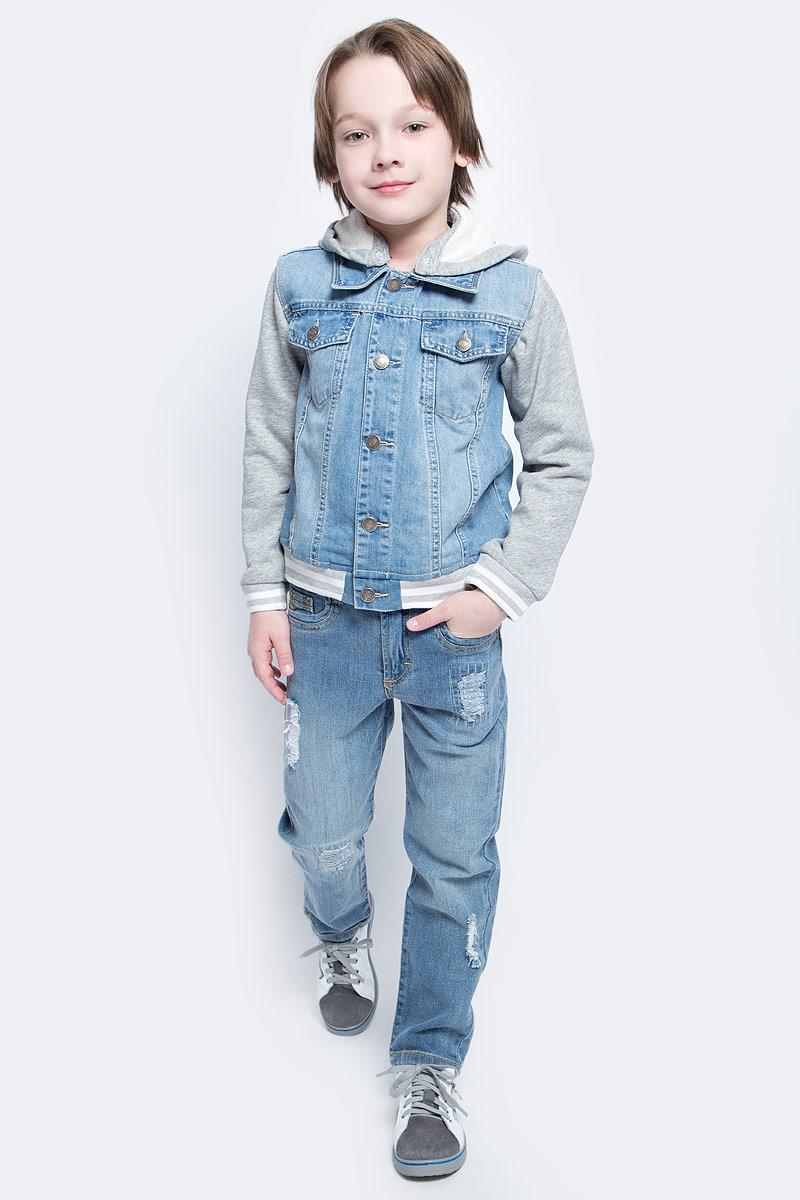 Ветровка для мальчика PlayToday, цвет: серый, голубой, белый. 171155. Размер 104171155Эта эффектная модная ветровка обязательно понравится вашему ребенку! Модель выполнена из 2-х видов ткани - натуральной джинсовой и трикотажа (капюшон и рукава). При необходимости капюшон можно отстегнуть - он крепится на застежках-кнопках. Мягкие резинки на манжетах и по низу изделия. Джинсовая ткань с эффектом потертости.