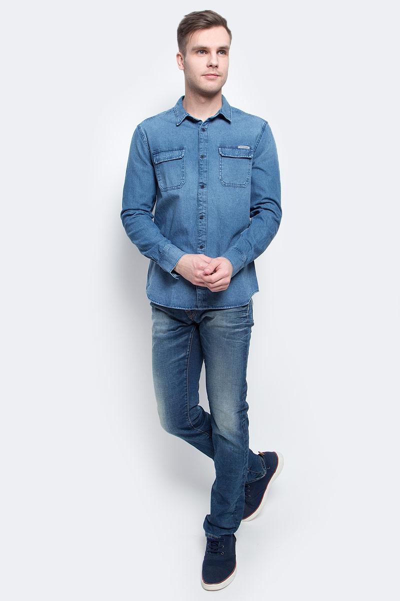 Рубашка мужская Calvin Klein Jeans, цвет: синий. J30J304941. Размер XXL (52/54)J30J304941Джинсовая рубашка Calvin Klein Jeans выполнена из хлопка. Модель с отложным воротником и длинными стандартными рукавами. Спереди и на манжетах оформлена пуговицами. Нагрудные накладные карманы с клапаном на металлических кнопках.