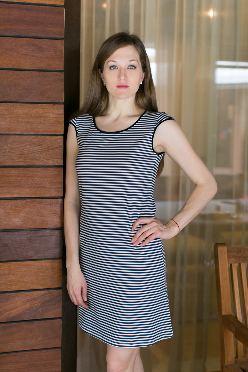 Платье домашнее Violett, цвет: темно-синий, белый. 17110732. Размер L (48)17110732Домашнее платье Violett выполнено из натурального хлопка. Платье-миди с круглым вырезом горловины и короткими рукавами оформлено стильным принтом.