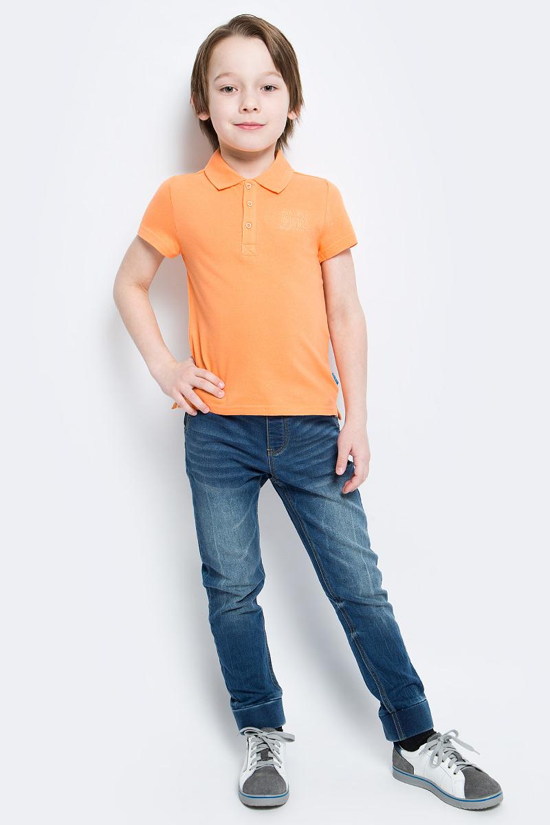 Поло для мальчика Button Blue, цвет: оранжевый. 116BBBB1406. Размер 110, 5 лет116BBBB1406Очаровательная футболка-поло для мальчика Button Blue идеально подойдет вашему ребенку. Изготовленная из 100% хлопка, она необычайно мягкая и приятная на ощупь, не сковывает движения и позволяет коже дышать, не раздражает даже самую нежную и чувствительную кожу ребенка, обеспечивая ему наибольший комфорт. Футболка-поло с короткими рукавами и отложным воротничком застегивается на три пуговицы сверху. Спинка модели удлинена, по бокам имеются небольшие разрезы. Спереди изделие украшено вышитыми надписями. Однотонная футболка-поло будет великолепно сочетаться с любыми вещами. Оригинальный современный дизайн и модная расцветка делают эту футболку стильным предметом детского гардероба. В ней ваш маленький мужчина будет чувствовать себя уютно, комфортно и всегда будет в центре внимания!