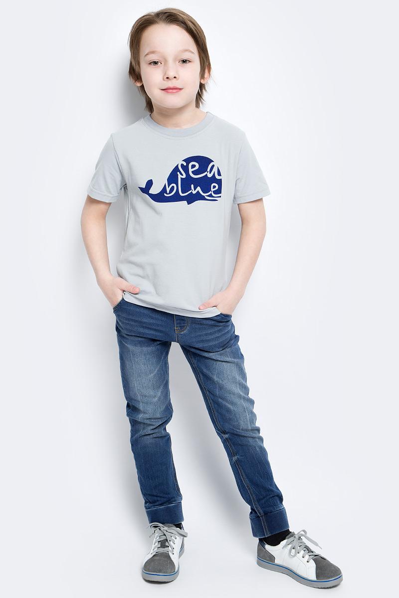 Футболка для мальчика КотМарКот Киты, цвет: серый, темно-синий. 14844. Размер 98, 3 года14844Футболка для мальчика КотМарКот Киты изготовлена из высококачественного эластичного хлопка. Модель с короткими рукавами и круглым вырезом горловины украшена ярким контрастным принтом с изображением силуэта кита.