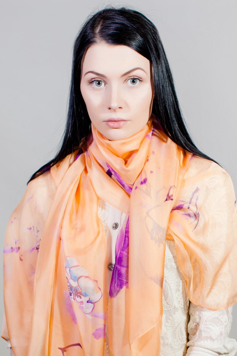 Палантин женский Sophie Ramage, цвет: бежевый, фиолетовый. QA-11721-12. Размер 120 см х 180 смQA-11721-12Яркий палантин Sophie Ramage изготовлен из шелка и полиэстера. Модель оформлена оригинальным принтом. Изделия Sophie Ramage приятные на ощупь и подойдут к любому стилю.