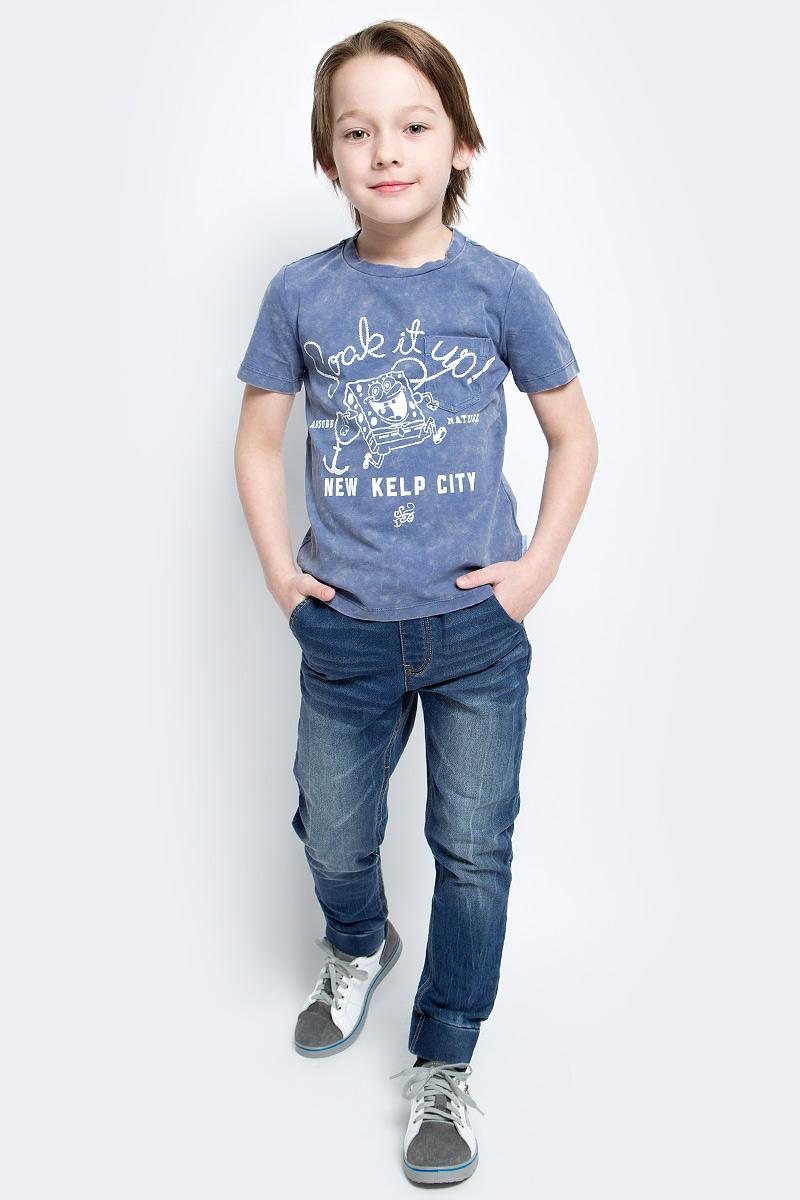 Футболка для мальчика Gulliver Морская Академия SpongeBob SquarePants, цвет: голубой, белый. 11608BKC1204. Размер 122, 6-7 лет11608BKC1204Футболка для мальчика Gulliver Морская Академия SpongeBob SquarePants станет отличным дополнением к гардеробу юного модника. Модель выполнена из эластичного хлопка, очень мягкая и приятная на ощупь, не сковывает движения и позволяет коже дышать, обеспечивая комфорт. Футболка с круглым вырезом горловины и короткими рукавами оформлена легким эффектом состаренности и потертости. Спереди расположен накладной карман. Изделие украшено оригинальным принтом с изображением персонажа мультфильма - Спанч Боба, а также надписями. Красивый цвет, комфортная посадка на фигуре, оригинальное изображение на передней части модели обязательно порадует ребенка и придаст его гардеробу свежесть и новизну.