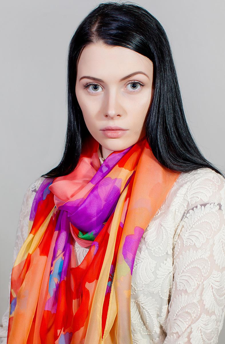 Палантин женский Sophie Ramage, цвет: оранжевый, красный, фиолетовый. QA-11727-12. Размер 120 см х 180 смQA-11727-12Яркий палантин Sophie Ramage изготовлен из шелка и полиэстера. Модель оформлена оригинальным принтом. Изделия Sophie Ramage приятные на ощупь и подойдут к любому стилю.
