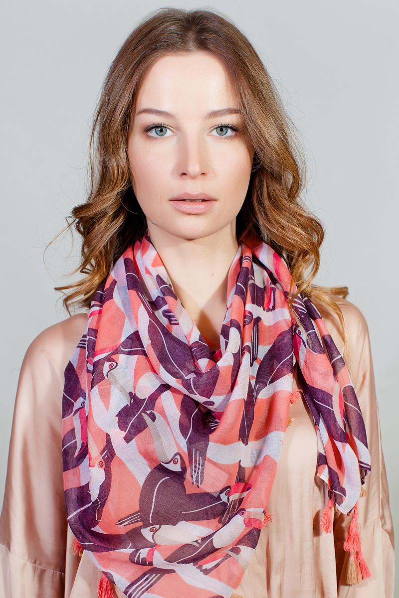Платок женский Fiona Fantozzi, цвет: розовый. YY-11730-43. Размер 102 см х 105 смYY-11730-43Стильный платок привлекательной расцветки с кисточками по краю изготовлен из модала и шелка. Он удачно дополнит ваш гардероб и поможет создать новый повседневный образ, добавить в него яркие краски. Отличный вариант для тех, кто стремится к самовыражению и новизне!