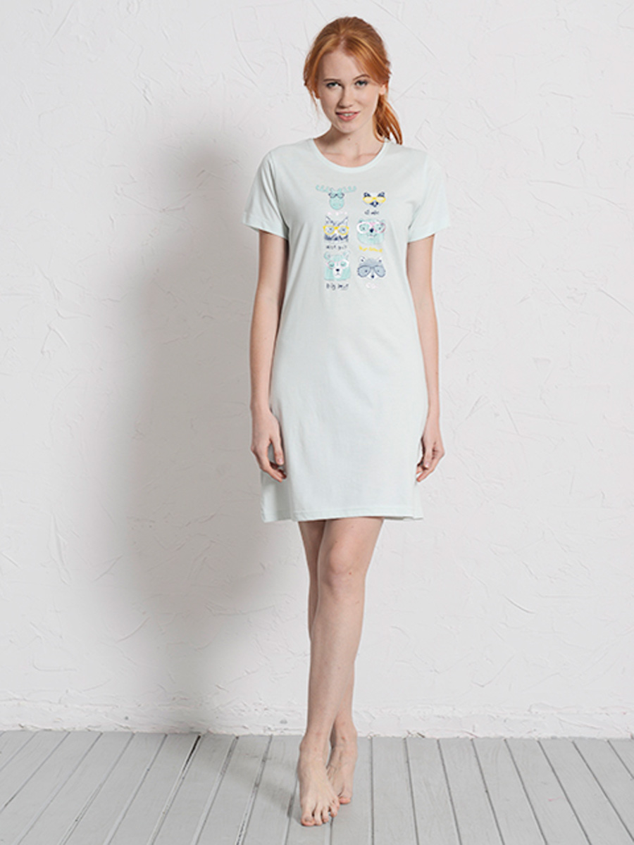 Платье домашнее Vienettas Secret, цвет: светло-голубой. 608142 0000. Размер L (48)608142 0000Домашнее платье Vienettas Secret выполнено из 100% натурального хлопка. Изделие имеет круглый вырез горловины, стандартные короткие рукава и длину мини. Модель прямого кроя не стесняет движений и комфортна для домашней носки. Платье выполнено в однотонном дизайне и дополнено забавным изображением животных в очках.