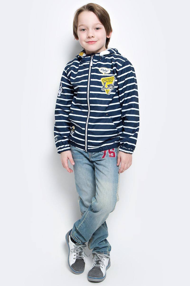Ветровка для мальчика PlayToday, цвет: темно-синий, белый, желтый. 171151. Размер 104171151Практичная яркая ветровка на подкладке, со специальной водоотталкивающей пропиткой защитит вашего ребенка в любую погоду! Мягкие резинки на рукавах защитят вашего ребенка - ветер не сможет проникнуть под куртку. Специальный карман для фиксации застежки-молнии не позволит застежке травмировать нежную кожу ребенка. Модель снабжена удобными регулируемым шнурами - кулисками на капюшоне.