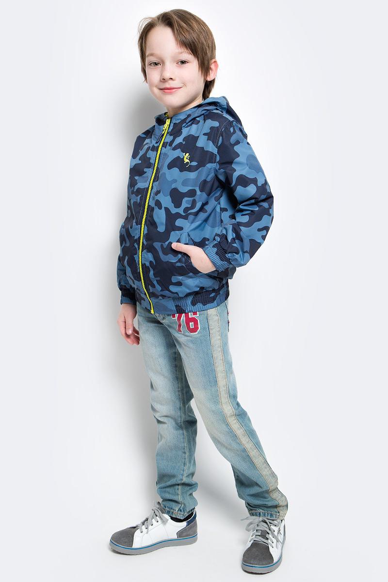 Ветровка для мальчика PlayToday, цвет: синий, голубой, бежевый, белый. 171102. Размер 122171102Практичная ветровка расцветки камуфляж со специальной водоотталкивающей пропиткой защитит вашего ребенка в любую погоду! Мягкие резинки на рукавах и по низу изделия защитят вашего ребенка - ветер не сможет проникнуть под ветровку. Модель с резинкой на капюшоне - даже во время активных игр капюшон не упадет с головы ребенка. Светоотражатели на рукаве и по низу изделия - один из гарантов безопасности, ребенок будет виден в темное время суток.