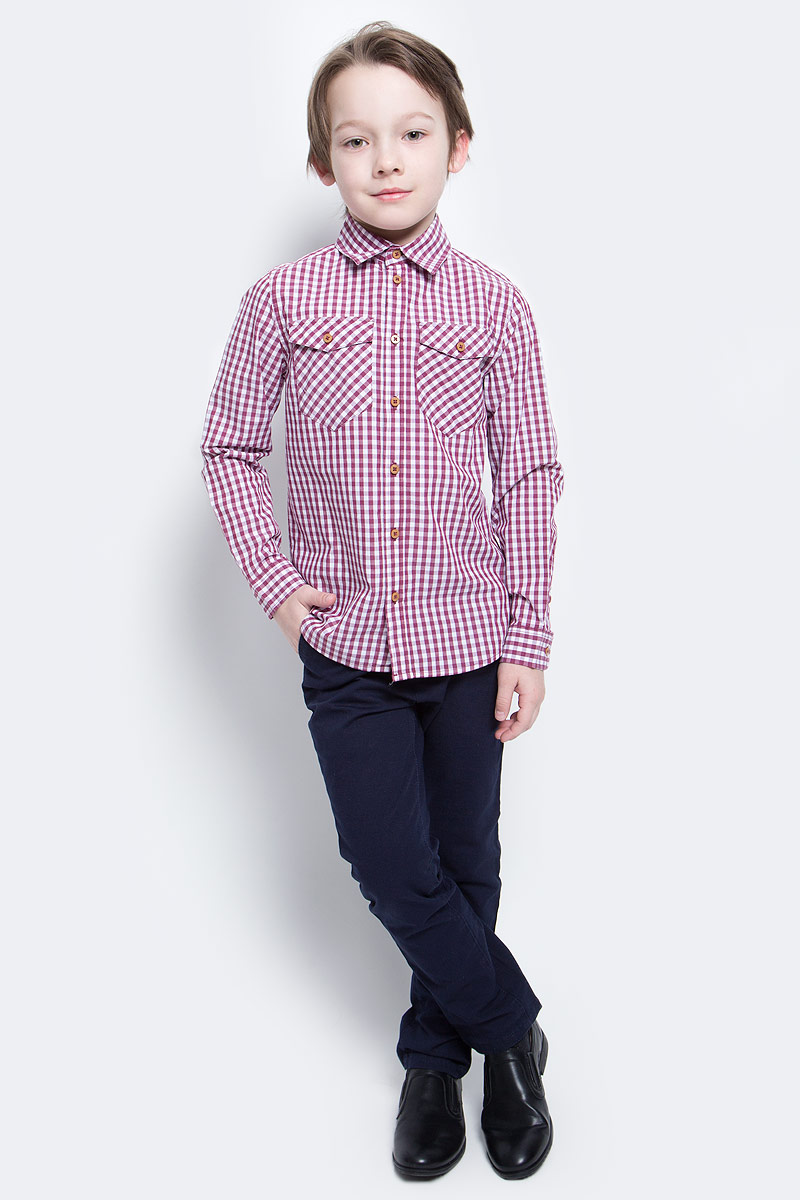Рубашка для мальчика Button Blue Main, цвет: красный. 117BBBC23020302. Размер 110, 5 лет117BBBC23020302Клетчатая рубашка - яркий акцент повседневного образа ребенка. Купить рубашку для мальчика стоит ранней весной, и сочетать ее с футболкой, толстовкой, джемпером, создавая модные многослойные решения. И для лета яркая рубашка в клетку из 100% хлопка - отличный вариант. С брюками, шортами, джинсами она будет выглядеть свежо и стильно!