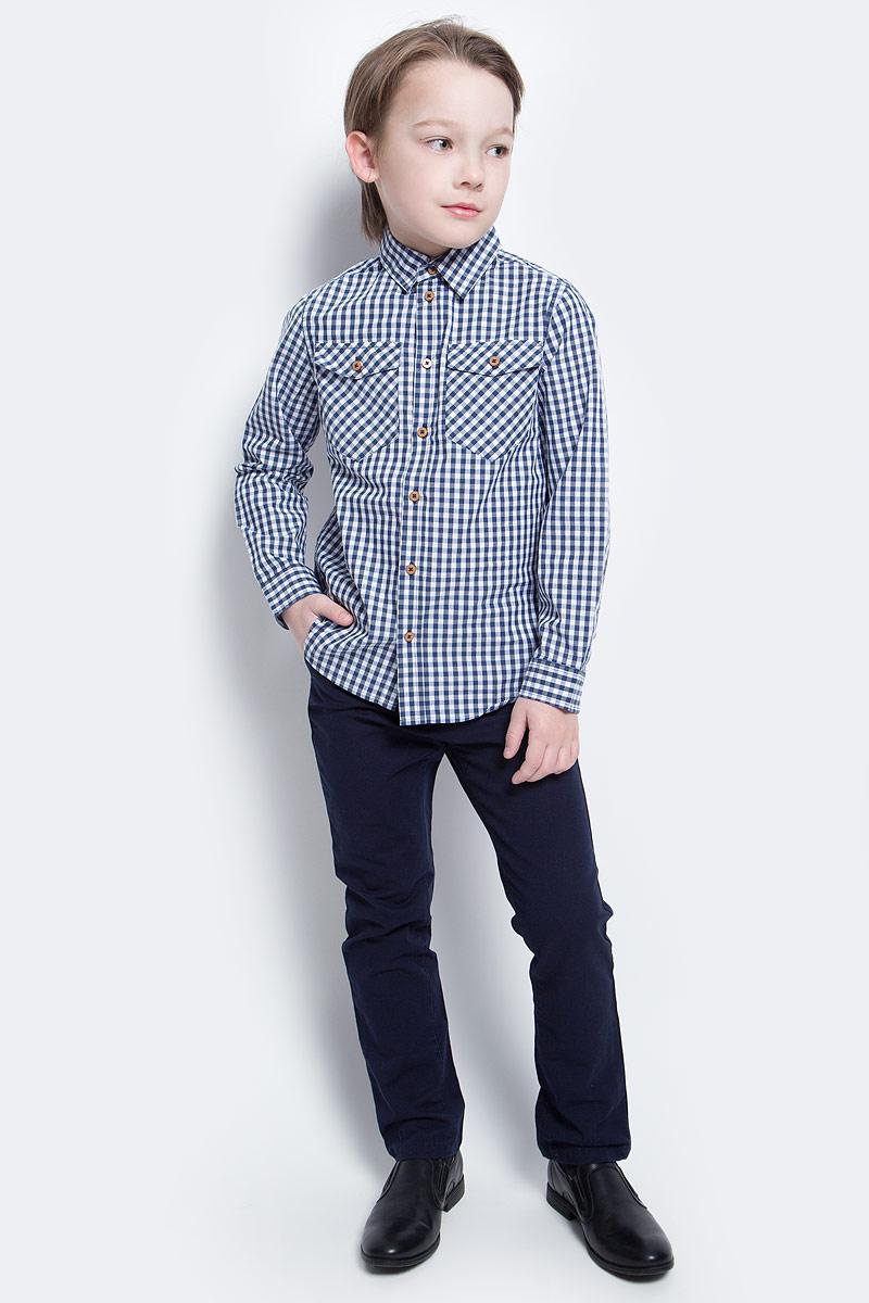 Рубашка для мальчика Button Blue Main, цвет: синий. 117BBBC23021002. Размер 116, 6 лет117BBBC23021002Клетчатая рубашка - яркий акцент повседневного образа ребенка. Купить рубашку для мальчика стоит ранней весной, и сочетать ее с футболкой, толстовкой, джемпером, создавая модные многослойные решения. И для лета яркая рубашка в клетку из 100% хлопка - отличный вариант. С брюками, шортами, джинсами она будет выглядеть свежо и стильно!
