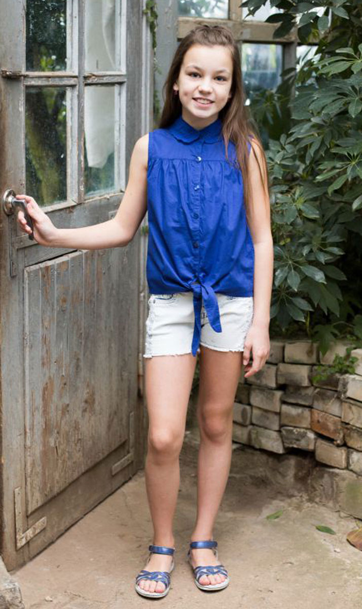 Блузка для девочки Luminoso, цвет: синий. 718043. Размер 134718043Хлопковая блузка для девочки с отложным воротником, декорированным вышивкой. Застегивается изделие на пуговки.