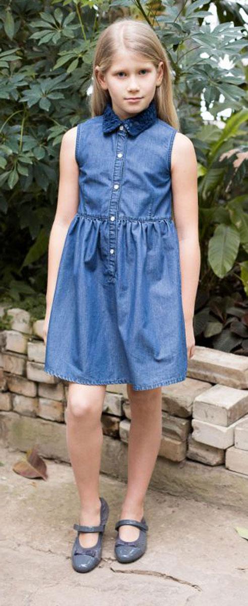 Платье для девочки Luminoso, цвет: синий. 718058. Размер 140718058Платье приталенного кроя из тонкого хлопка под джинсу с отлаженным воротничком, декорированным кружевным плетением. Застегивается на кнопки.