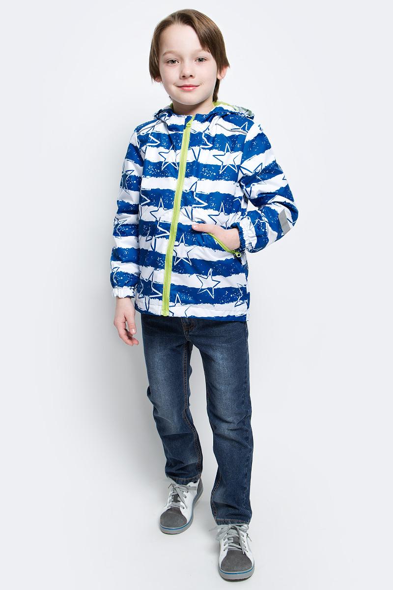 Ветровка для мальчика Jicco Эрих, цвет: синий, белый. 3К1720. Размер 98, 3 года3К1720Легкая весенняя ветровка Эрих от Jicco By Oldos из принтованной курточной ткани станет украшением весеннего гардероба. Такая курточка идеально подойдет на ветреную погоду с температурой +10…+20°С, она защитит от легкого весеннего дождя и переменчивого ветра. Модель застегивается на молнию. Внутренняя ветрозащитная планка снабжена защитой подбородка от прищемления. Модель имеет флисовую подкладку на груди, спинке и в капюшоне. Капюшон не отстегивается, для лучшего прилегания по бокам вшита резинка. Манжеты рукавов на резинке, низ куртки снабжен регулируемой утяжкой. Светоотражающие элементы для безопасной прогулки в темное время суток. С лицевой стороны расположены карманы на молнии. Ветровка декорирована принтом в виде звезд и полосок.