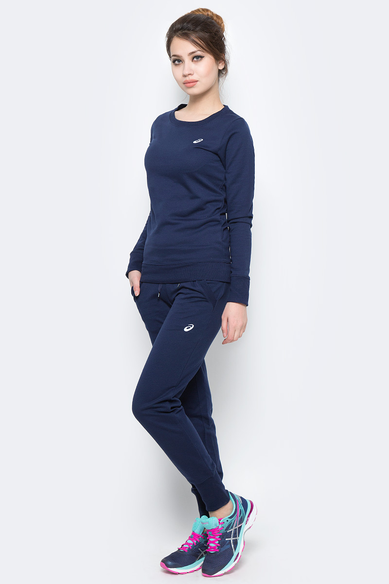 Костюм спортивный женский Asics Sweater Suit, цвет: синий. 142917-0891. Размер L (46/48)142917-0891Удобный спортивный костюм для повседневных тренировок. Лонгслив с круглым вырезом горловины и длинными рукавами. Брюки дополнены эластичным поясом на талии и затягивающимся шнурком.