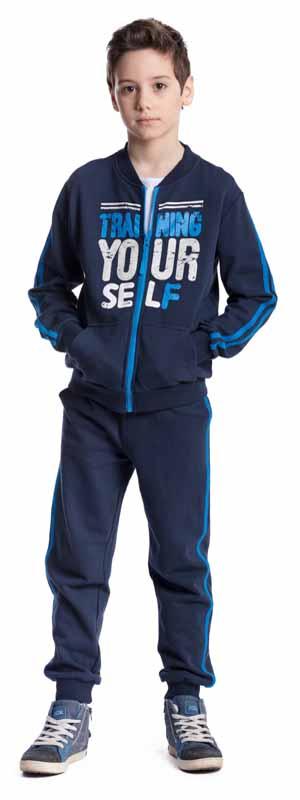 Спортивный костюм для мальчика Scool, цвет: темно-синий. 373460. Размер 146, 11 лет373460Спортивный костюм для мальчика Scool выполнен из хлопка с добавлением полиэстера. Комплект из толстовки и брюк подойдет для занятий спортом, прогулок и для домашнего использования. Толстовка с круглым вырезом горловины и длинными рукавами застегивается на молнию. Вырез горловины и низ изделия дополнены трикотажными резинками. На рукавах имеются манжеты. Спереди расположены два накладных кармана. Толстовка украшена принтом в виде надписи.Брюки на удобной широкой резинке дополнительно снабжены регулируемым шнурком-кулиской. По низу брюк предусмотрены мягкие резинки. Модель декорирована лампасами.