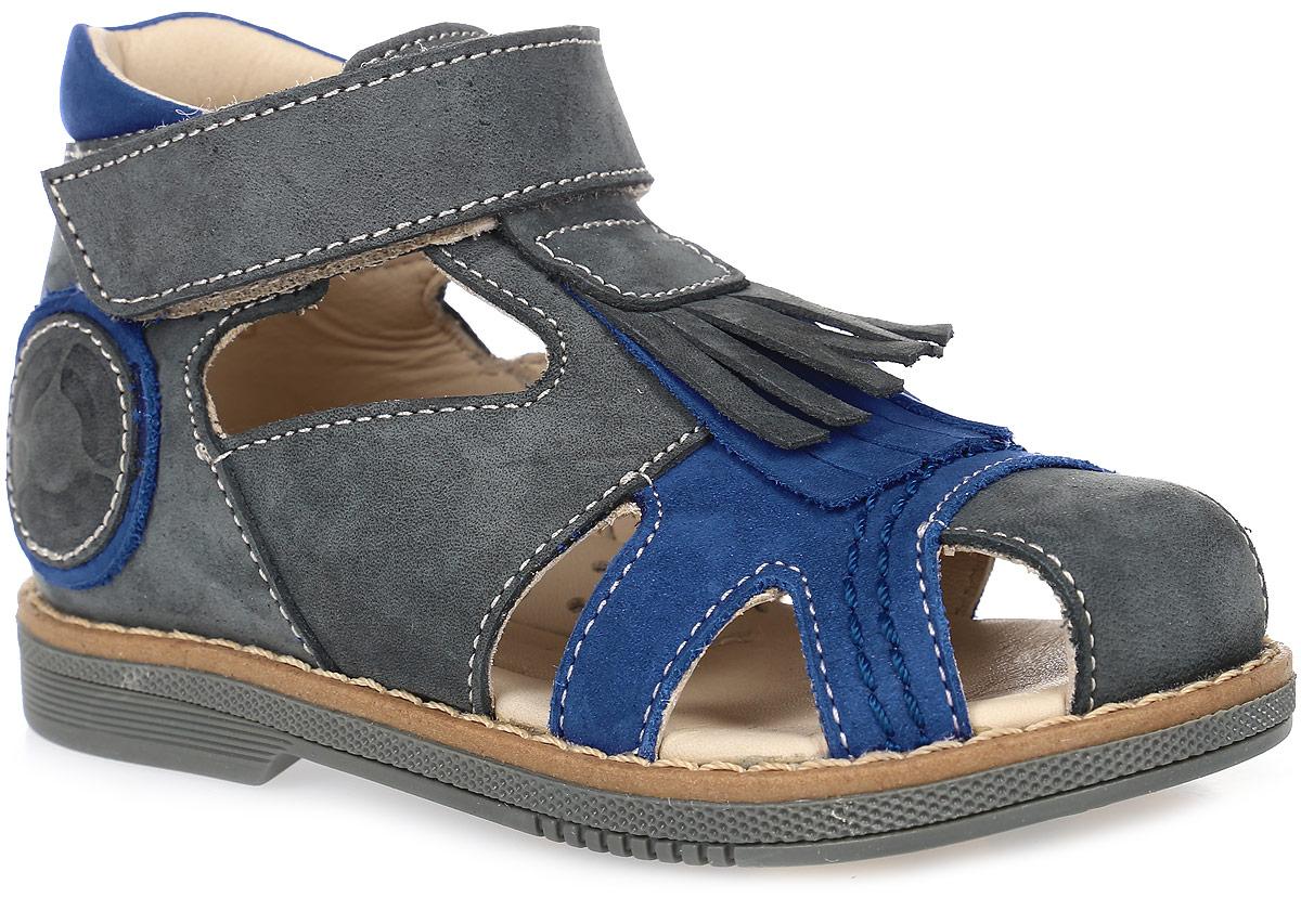 Сандалии для мальчика TapiBoo, цвет: серый, синий. FT-26002.15-OL21O.01. Размер 28FT-26002.15-OL21O.01Стильные сандалии от TapiBoo придутся по душе вашему мальчику. Модель, выполненная из натуральной кожи, оформлена контрастной прострочкой, сбоку декоративным элементом, а на подъеме лапшой из кожи. Внутренняя поверхность из натуральной кожи гарантирует комфорт при движении. Анатомическая стелька со сводоподдерживающим элементом для правильного формирования стопы. Жесткий фиксирующий задник с удлиненным «крылом», надежно стабилизирует голеностопный сустав во время ходьбы. Ремешок - липучка, обеспечивает необходимую фиксацию голеностопа в правильном положении. Упругая подошва, имеющая перекат, позволяет повторять естественное движение стопы при ходьбе для правильного распределения нагрузки на опорно-двигательный аппарат ребенка. Отсутствие швов на подкладке обеспечивает дополнительный комфорт и предотвращает натирание. Ортопедический каблук Томаса укрепляет подошву под средней частью стопы и препятствует ее заваливанию внутрь. Рельефный рисунок подошвы обеспечивает сцепление с любыми поверхностями. Такие сандалии станут незаменимыми в гардеробе вашего ребенка.