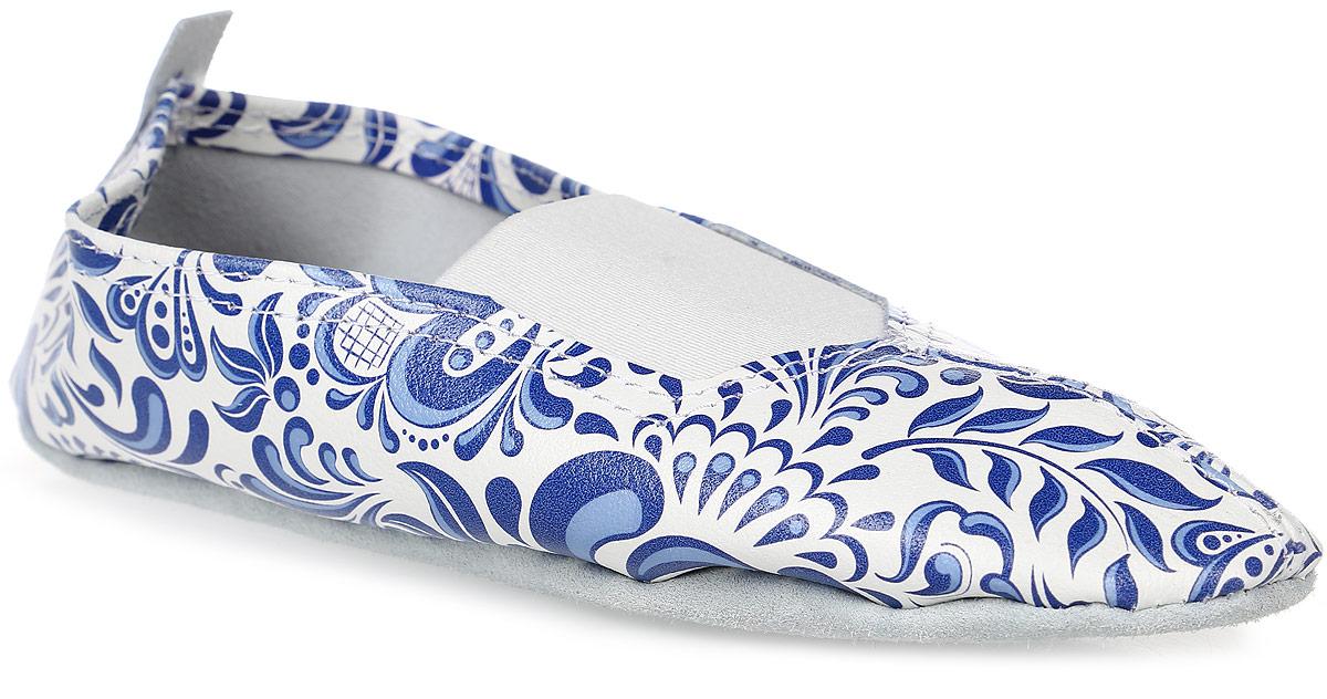 Чешки The Cheshki Гжель, цвет: белый, синий, голубой. 161. Размер 36161Чешки Гжель от The Cheshki предназначены для занятий танцами и гимнастикой. Модель изготовлена из натуральной кожи, благодаря чему впитывает влагу и позволяет коже ног дышать. Чешки оформлены принтом под гжель. Съемная стелька из бамбука обеспечивает комфорт. Подъем дополнен эластичной резинкой для лучшей посадки модели на ноге. Подошва выполнена из натуральной кожи.