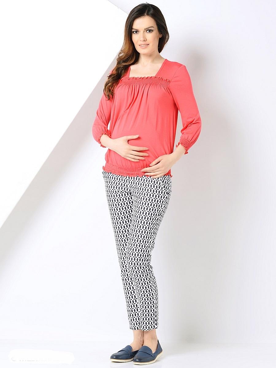 Блузка для беременных 40 недель, цвет: коралловый. 200298. Размер 54200298Женственная блузка для беременных от бренда 40 недель выполнена из приятной к телу трикотажной ткани. Основания блузки присобраны на ряд резинок, образующих красивые складочки от горловины-каре и объем для растущего животика во время беременности. После рождения малыша такой фасон с легкостью скроет временные несовершенства фигуры. В такой блузке образ всегда выглядит безупречно, женственно и современно.