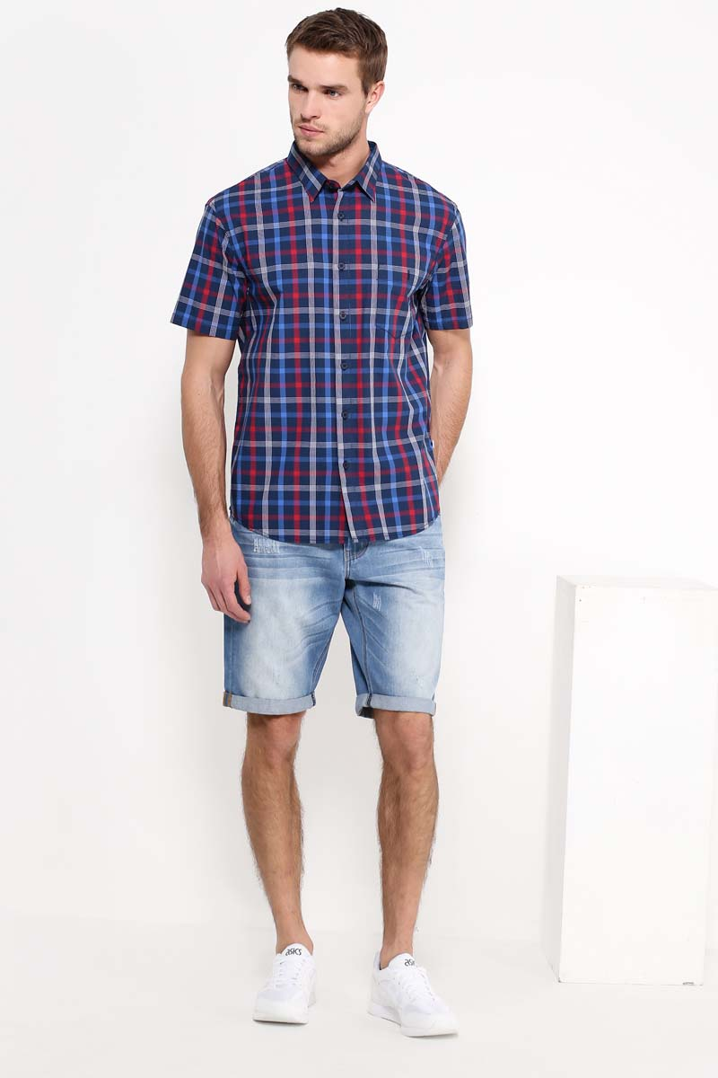 Рубашка мужская Finn Flare, цвет: темно-синий, красный. S17-22014_101. Размер L (50)S17-22014_101Рубашка с короткими рукавами – must-have в летнем гардеробе любого мужчины. Это невероятно удобный и в то же время стильный элемент образа, ведь помимо приталенного кроя и удобной для комбинирования расцветки, вы можете наслаждаться комфортом благодаря качественному составу ткани. Такую модель можно сочетать в джинсами, летними брюками и даже шортами.