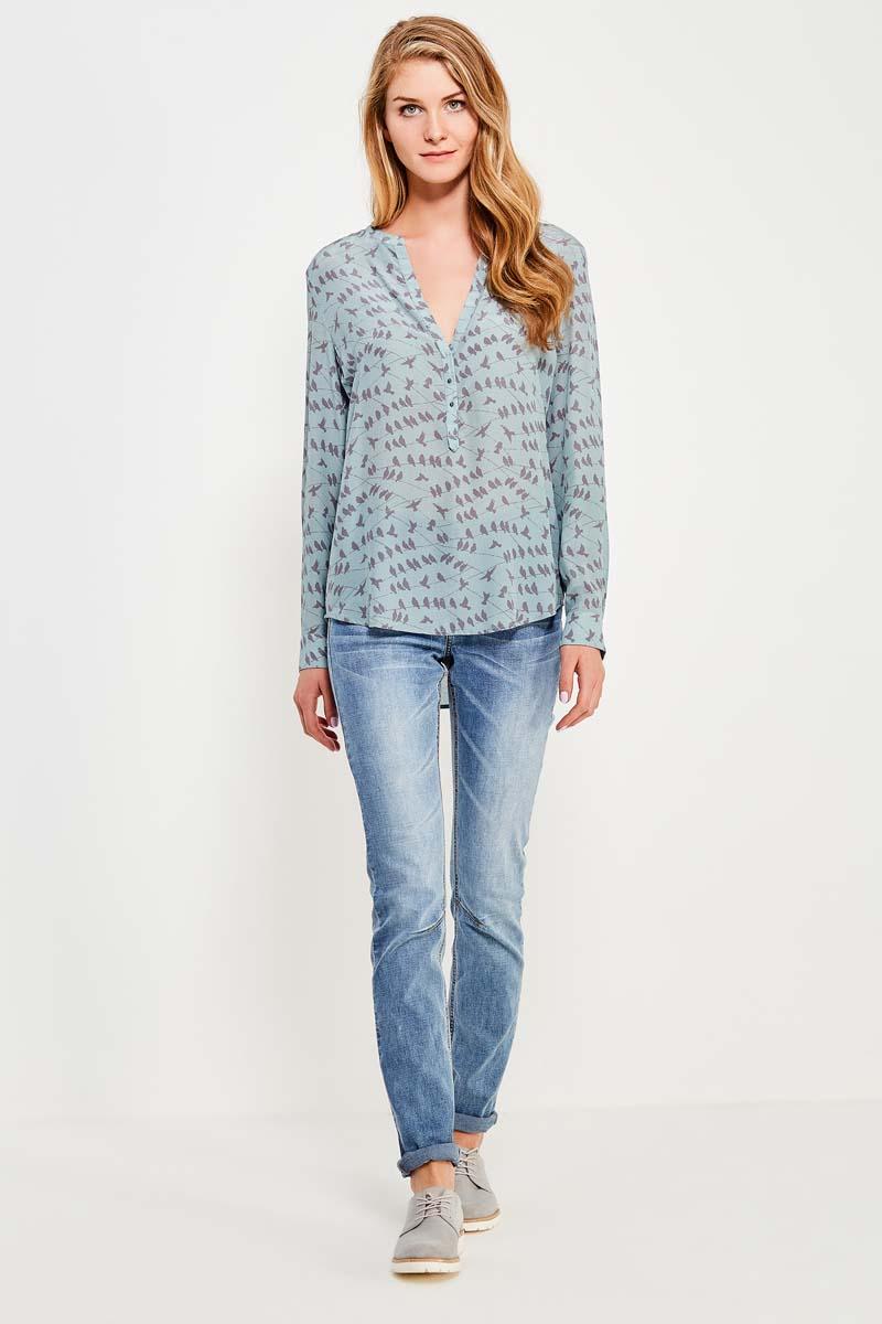 Блузка женская Finn Flare, цвет: светло-голубой. S17-32055_106. Размер S (44)S17-32055_106Стильная удлинённая блузка прямого кроя с длинными рукавами – отличное приобретение на летний сезон. Модель застёгивается на пуговицы. Благодаря длине блузку можно носить как навыпуск, так и в заправленном виде. Модель выполнена из 100% шелка.