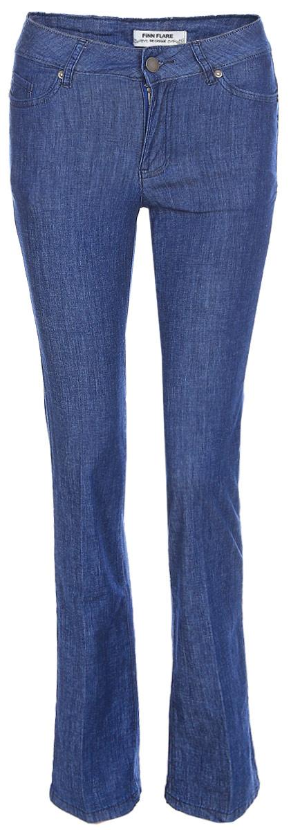 Джинсы женские Finn Flare, цвет: синий. S17-15018_125. Размер 30-32 (46)S17-15018_125Джинсы могут быть разными! Предлагаем вам эту стильную модель классического синего цвета и прямого кроя. Эти свободные брюки на завышенной талии станут отличным элементом повседневного образа. Дополните их кедами, футболкой и лёгким жакетом – и вперёд, гулять по своим делам. Джинсы выполнены из невесомого, но прочного хлопка.