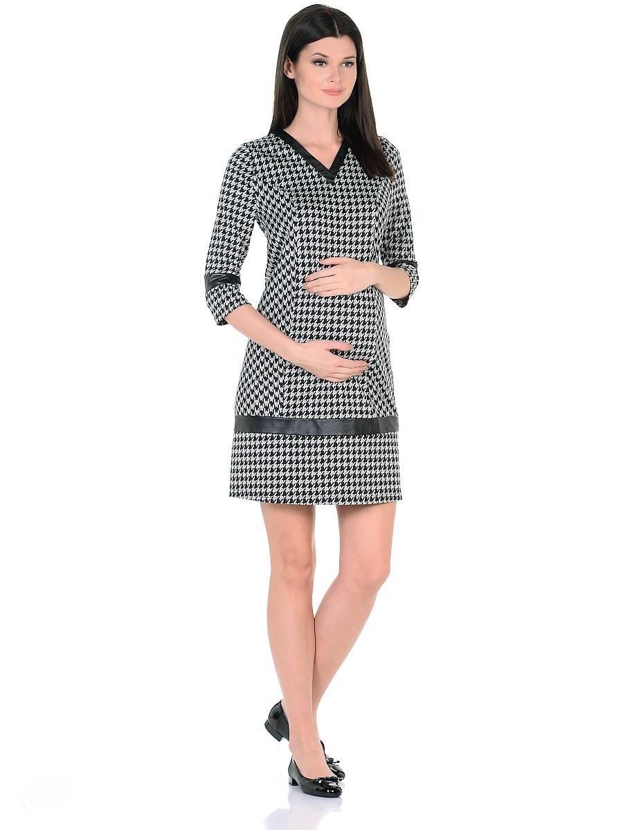 Платье для беременных 40 недель, цвет: серый, черный. 300327. Размер 50300327Стильное платье для беременных от бренда 40 недель изготовлено из хлопкового трикотажного полотна джерси. Модель полуприталенного силуэта, с рукавами 3/4 и с V-образным вырезом горловины. Рельефный крой и специальные вытачки предусматривают пространство и комфорт для животика. Мягкое джерси приятно к телу, трикотаж дышащий, не мнется, хорошо держит форму, легок в уходе. Трендовая расцветка гусиная лапка визуально скрадывает временные изменения фигуры, делая образ более стройным. Декоративные вставки из кожи по вороту, рукавам и в нижней части платья, сглаживают экспрессивность рисунка, придают платью оригинальный и выразительный внешний вид.Такое платье безупречно смотрится в рамках повседневного и делового гардероба, подходит для женщин как в период беременности, так и после рождения малыша.