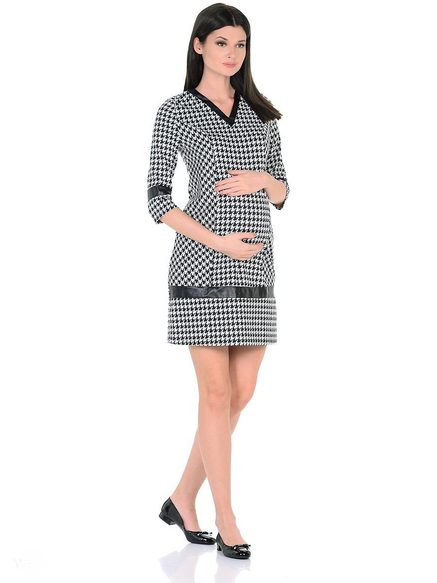 Платье для беременных 40 недель, цвет: светло-серый, черный. 300327. Размер 44300327Стильное платье для беременных от бренда 40 недель изготовлено из хлопкового трикотажного полотна джерси. Модель полуприталенного силуэта, с рукавами 3/4 и с V-образным вырезом горловины. Рельефный крой и специальные вытачки предусматривают пространство и комфорт для животика. Мягкое джерси приятно к телу, трикотаж дышащий, не мнется, хорошо держит форму, легок в уходе. Трендовая расцветка гусиная лапка визуально скрадывает временные изменения фигуры, делая образ более стройным. Декоративные вставки из кожи по вороту, рукавам и в нижней части платья, сглаживают экспрессивность рисунка, придают платью оригинальный и выразительный внешний вид.Такое платье безупречно смотрится в рамках повседневного и делового гардероба, подходит для женщин как в период беременности, так и после рождения малыша.