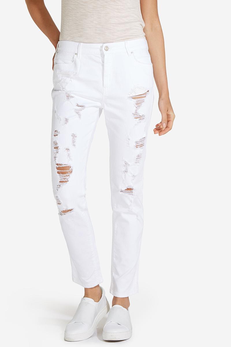 Джинсы женские Wrangler, цвет: белый. W27MMJ95S. Размер 25-32 (40/42-32)W27MMJ95SСтильные женские джинсы Wrangler станут отличным дополнением к вашему гардеробу. Джинсы прямого кроя выполнены из сочетания качественных материалов. Изделие мягкое и приятное на ощупь, не сковывает движения и позволяет коже дышать. Модель на поясе застегивается на пуговицу и ширинку на застежке-молнии, а также предусмотрены шлевки для ремня. Спереди расположены два втачных кармана и один секретный кармашек, а сзади - два накладных кармана. Изделие украшено нашивкой с названием бренда и модными протертостями.