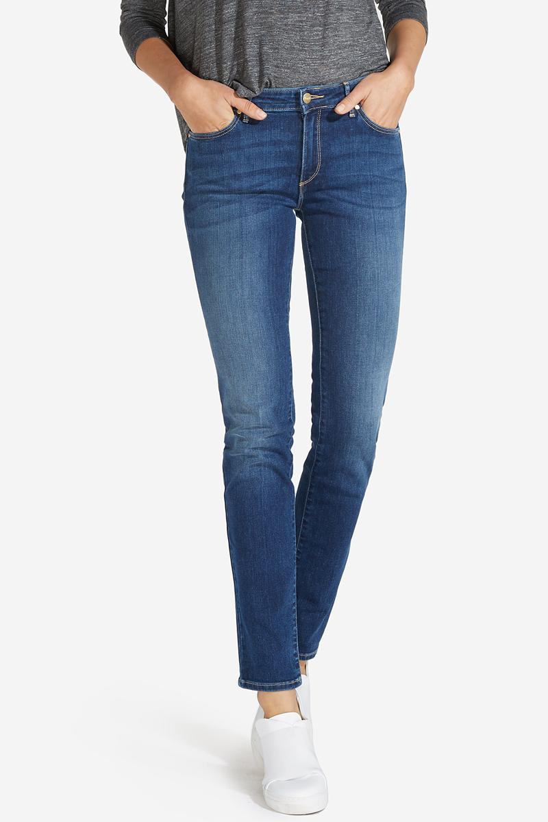 Джинсы женские Wrangler, цвет: синий. W28LX785U. Размер 30-32 (46-32)W28LX785UСтильные женские джинсы Wrangler станут отличным дополнением к вашему гардеробу. Джинсы модели-слим выполнены из сочетания качественных материалов. Изделие мягкое и приятное на ощупь, не сковывает движения и позволяет коже дышать. Модель на поясе застегивается на пуговицу и ширинку на застежке-молнии, а также предусмотрены шлевки для ремня. Спереди расположены два втачных кармана и один секретный кармашек, а сзади - два накладных кармана. Изделиеукрашено нашивкой с названием бренда и выцветанием денима.
