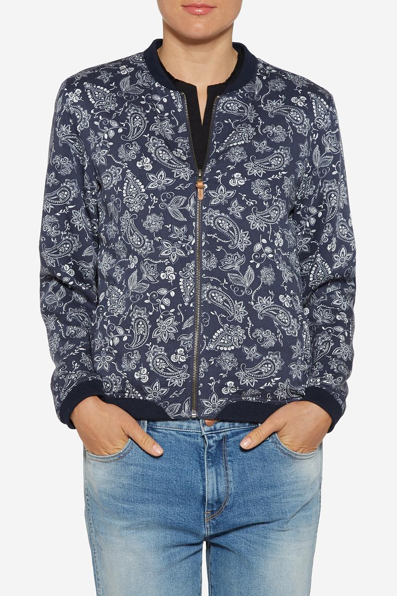 Куртка женская Wrangler, цвет: темно-синий, белый. W4094V241. Размер M (44)W4094V241Куртка-бомбер женская Wrangler выполнена из натурального хлопка. Изделие застегивается спереди на молнию. Куртка оформлена по бокам двумя втачными карманами. На манжетах, по воротнику и по низу изделия куртка оформлена текстильными резинками.