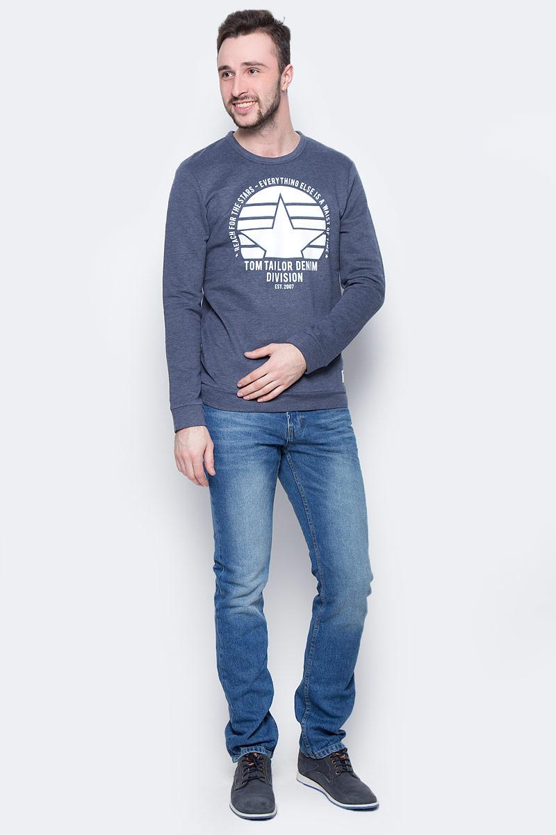 Джемпер мужской Tom Tailor Denim, цвет: темно-синий. 2531290.00.12_6740. Размер XL (52)2531290.00.12_6740Стильный мужской джемпер Tom Tailor Denim изготовлен из хлопка с добавлением полиэстера. Модель с круглым вырезом горловины и длинными рукавами оформлена спереди фирменным буквенным принтом. Рукава дополнены широкими эластичными манжетами. Понизу проходит широкая трикотажная вставка.