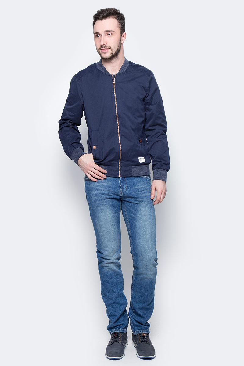 Куртка мужская Tom Tailor, цвет: темно-синий. 3533239.02.12_6576. Размер XXL (54)3533239.02.12_6576Стильная мужская куртка-бомбер Tom Tailor выполнена из высококачественного материала. Модель с длинными рукавами реглан и небольшим воротником-стойкой застегивается на застежку-молнию. Спереди расположены два прорезных кармана, застегивающихся на кнопку. Манжеты рукавов, горловина и низ куртки снабжены эластичными резинками. Модель оформлена небольшой нашивкой.