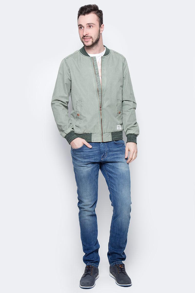Куртка мужская Tom Tailor, цвет: хаки. 3533239.02.12_7057. Размер L (50)3533239.02.12_7057Стильная мужская куртка-бомбер Tom Tailor выполнена из высококачественного материала. Модель с длинными рукавами реглан и небольшим воротником-стойкой застегивается на застежку-молнию. Спереди расположены два прорезных кармана, застегивающихся на кнопку. Манжеты рукавов, горловина и низ куртки снабжены эластичными резинками. Модель оформлена небольшой нашивкой.
