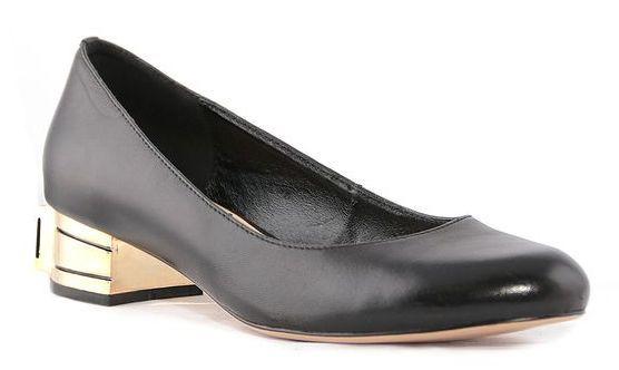 Туфли женские Renaissance Elite, цвет: черный. 17058S-1-1K. Размер 3717058S-1-1KЛаконичные женские туфли от Renaissance, выполненные из натуральной кожи, подойдут для офиса, прогулок и дружеских встреч и будут отлично сочетаться с юбками и платьями, а также гармонично смотреться с джинсами и брюками. Внутренняя часть изделия и стелька, оформленная тисненым названием бренда, изготовлены из натуральной кожи, что придает максимальный комфорт во время носки. Низкий устойчивый каблук декорирован большим декоративным элементом, имитирующим драгоценный камень.
